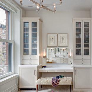 Esempio di un ampio spazio per vestirsi per donna classico con ante in stile shaker, ante beige e pavimento in marmo