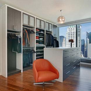 Idéer för funkis omklädningsrum för män, med släta luckor, skåp i mörkt trä och mellanmörkt trägolv
