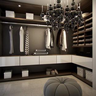 Imagen de armario vestidor contemporáneo con armarios abiertos, puertas de armario de madera en tonos medios y suelo de cemento
