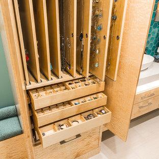 Esempio di armadi e cabine armadio minimal con ante lisce, ante in legno chiaro e pavimento con piastrelle in ceramica