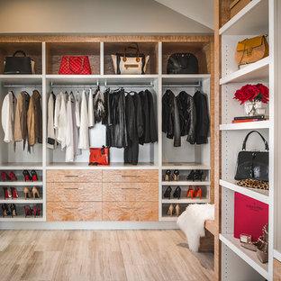 Ejemplo de vestidor unisex, actual, de tamaño medio, con puertas de armario de madera clara, suelo de mármol y suelo beige