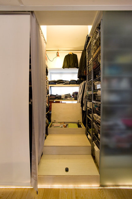 eclectic closet by Clifton Leung Design Workshop