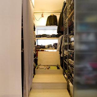 Imagen de armario vestidor bohemio con armarios abiertos