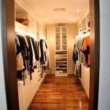 Modern Closet by Espaciospr.com