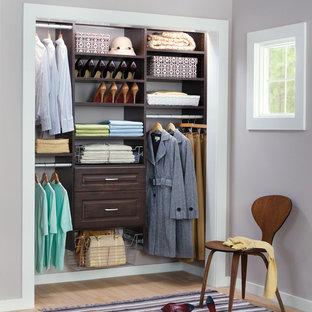 Modelo de armario de mujer, romántico, de tamaño medio, con armarios abiertos, puertas de armario de madera en tonos medios y suelo de madera clara