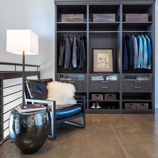 Imagen de armario y vestidor de hombre, actual, con armarios abiertos y puertas de armario de madera en tonos medios