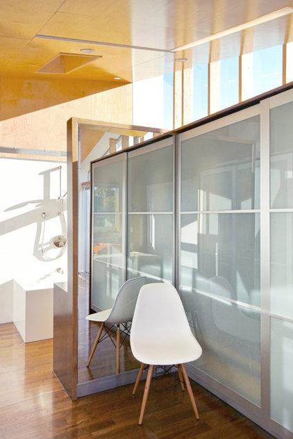 Contemporary Closet by (fer) studio