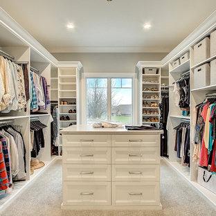 Immagine di uno spazio per vestirsi unisex classico con ante con riquadro incassato, ante bianche, moquette e pavimento beige