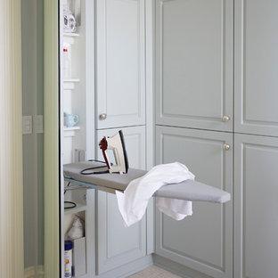 На фото: со средним бюджетом гардеробные среднего размера, унисекс в викторианском стиле с фасадами с выступающей филенкой, серыми фасадами, ковровым покрытием и бежевым полом