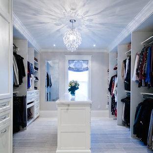 Ejemplo de vestidor unisex, clásico renovado, grande, con armarios con paneles empotrados, puertas de armario blancas y suelo de baldosas de porcelana