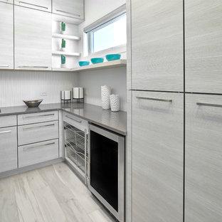 Modern inredning av ett stort walk-in-closet för könsneutrala, med luckor med lamellpanel, grå skåp, klinkergolv i porslin och grått golv