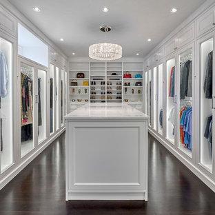 Imagen de vestidor unisex, mediterráneo, con puertas de armario blancas, suelo de madera oscura, suelo marrón y armarios tipo vitrina