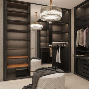 Mittelgroßer, Neutraler Moderner Begehbarer Kleiderschrank mit offenen Schränken, dunklen Holzschränken, Keramikboden und beigem Boden in Sonstige