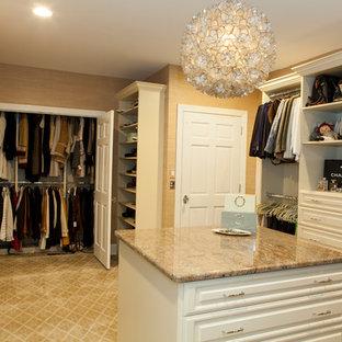 Idee per un grande spazio per vestirsi per donna classico con ante con bugna sagomata, ante bianche e moquette