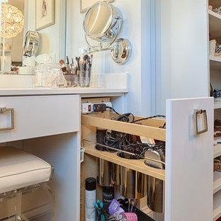 Ejemplo de armario vestidor unisex, tradicional renovado, grande, con armarios con paneles lisos y puertas de armario grises
