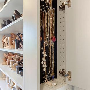 Foto de armario vestidor unisex, tradicional renovado, grande, con armarios con paneles lisos y puertas de armario grises