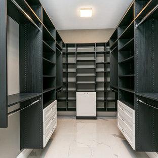 Ejemplo de armario vestidor unisex, actual, grande, con armarios estilo shaker, suelo de mármol y suelo blanco