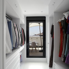 Contemporary Closet by estudio bsm