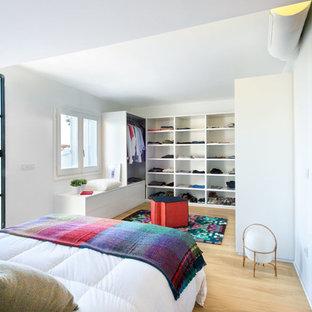 Idéer för ett mellanstort medelhavsstil omklädningsrum för könsneutrala, med öppna hyllor, vita skåp, ljust trägolv och beiget golv