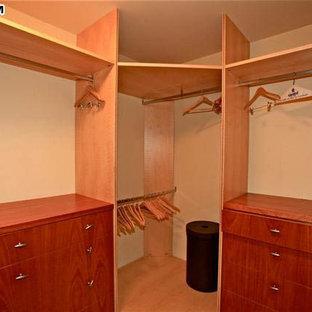 Foto de armario vestidor unisex, costero, de tamaño medio, con armarios con paneles lisos y moqueta