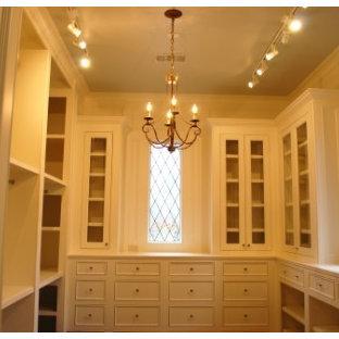 Diseño de armario vestidor unisex, mediterráneo, de tamaño medio, con puertas de armario blancas y armarios con rebordes decorativos