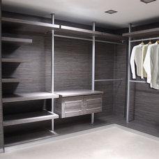 Modern Closet by Cocinas Internacionales