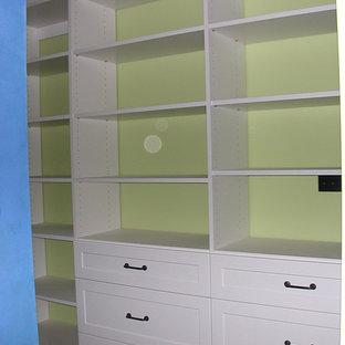 Foto di una cabina armadio unisex classica di medie dimensioni con ante in stile shaker, ante bianche, moquette e pavimento marrone