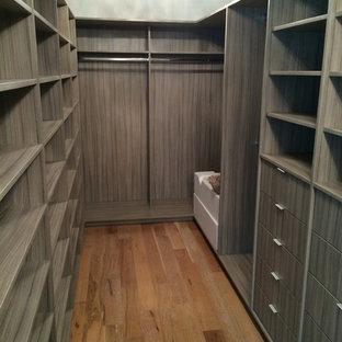 Idee per un'ampia cabina armadio unisex minimalista con nessun'anta