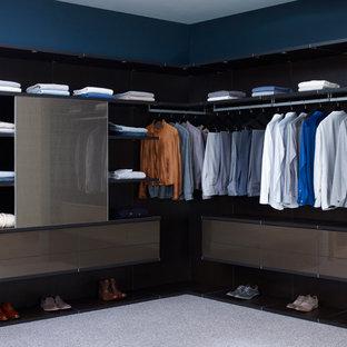 Modern inredning av ett stort walk-in-closet för män, med öppna hyllor, heltäckningsmatta och bruna skåp