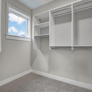Diseño de armario vestidor unisex, de estilo americano, con puertas de armario blancas y moqueta