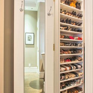 Свежая идея для дизайна: маленькая гардеробная комната унисекс в классическом стиле с открытыми фасадами, белыми фасадами и паркетным полом среднего тона - отличное фото интерьера