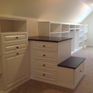 Ejemplo de armario vestidor unisex, tradicional, grande, con armarios con paneles con relieve, puertas de armario blancas y moqueta