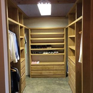 Modelo de armario vestidor unisex, industrial, grande, con armarios abiertos, puertas de armario de madera oscura, suelo de cemento y suelo gris