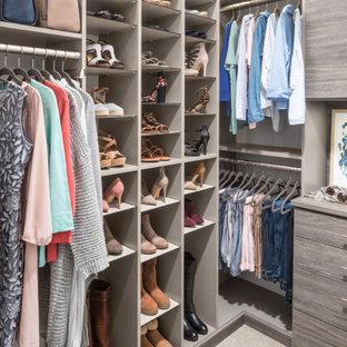 Imagen de armario vestidor unisex, contemporáneo, de tamaño medio, con suelo blanco