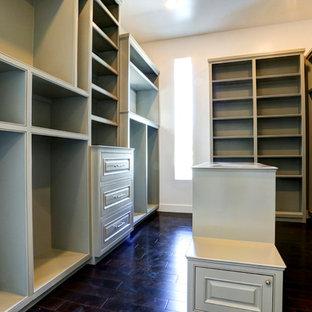 Ejemplo de armario vestidor unisex, clásico renovado, grande, con armarios con paneles empotrados, puertas de armario verdes y suelo de madera oscura
