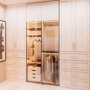 Foto de armario vestidor de mujer, actual, pequeño, con armarios con paneles lisos, puertas de armario beige, suelo de baldosas de porcelana y suelo blanco