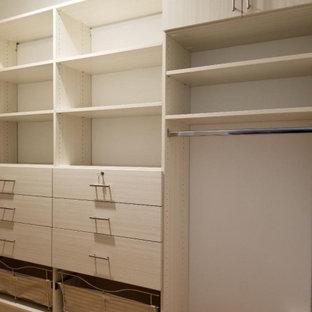 Imagen de armario vestidor unisex y abovedado, minimalista, extra grande, con armarios con paneles lisos, puertas de armario de madera clara, suelo de madera clara y suelo beige