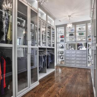 セントルイスの広い男女兼用コンテンポラリースタイルのおしゃれなウォークインクローゼット (シェーカースタイル扉のキャビネット、グレーのキャビネット、ラミネートの床、茶色い床) の写真