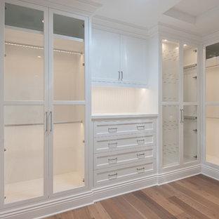 Inspiration för ett stort vintage walk-in-closet för könsneutrala, med luckor med infälld panel, vita skåp och mellanmörkt trägolv