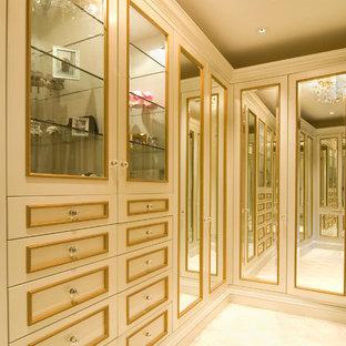 Foto di un grande spazio per vestirsi per donna chic con ante beige, moquette e pavimento beige