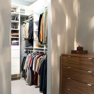 Imagen de armario vestidor unisex, ecléctico, pequeño, con armarios con paneles lisos y puertas de armario blancas