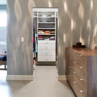 ニューヨークの小さい男女兼用ミッドセンチュリースタイルのおしゃれなウォークインクローゼット (フラットパネル扉のキャビネット、白いキャビネット) の写真