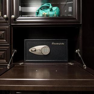 Modelo de armario vestidor unisex, tradicional, grande, con armarios con paneles con relieve, puertas de armario de madera en tonos medios, moqueta y suelo multicolor