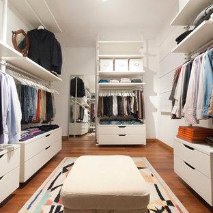 Ejemplo de armario y vestidor minimalista de tamaño medio