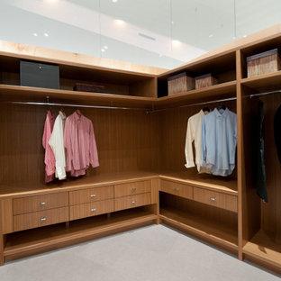 Esempio di un grande spazio per vestirsi unisex minimal con ante lisce, ante in legno scuro, pavimento in gres porcellanato, pavimento grigio e soffitto a volta