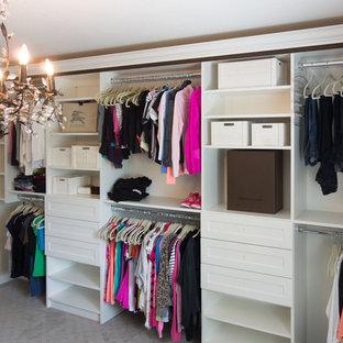 Diseño de armario vestidor unisex, bohemio, de tamaño medio, con armarios con paneles lisos, puertas de armario blancas y moqueta