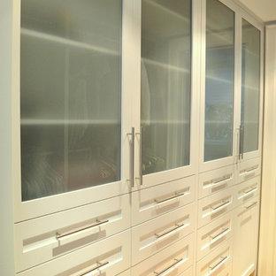 Ispirazione per una grande cabina armadio unisex american style con ante in stile shaker, ante bianche e parquet chiaro