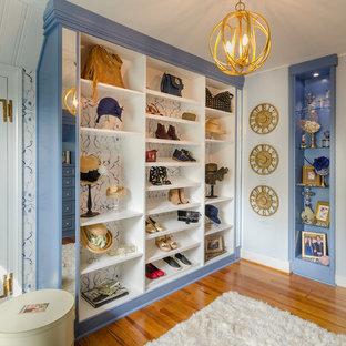Idéer för ett klassiskt omklädningsrum för kvinnor, med blå skåp, öppna hyllor och mellanmörkt trägolv
