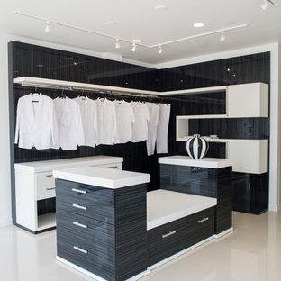Пример оригинального дизайна: маленькая гардеробная комната унисекс в стиле современная классика с черными фасадами и плоскими фасадами