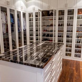 Ejemplo de armario vestidor unisex, clásico renovado, grande, con armarios con paneles empotrados, puertas de armario blancas y suelo de madera en tonos medios